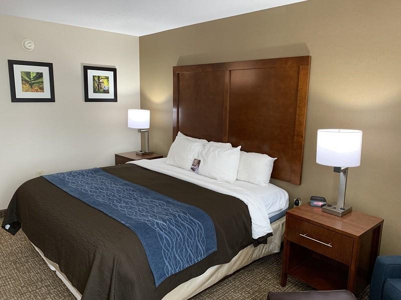 https://comfortinnanderson.com/wp-content/uploads/2019/09/standard-king-room-comfort-inn-anderson-indiana1.jpg.jpg